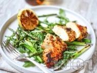 Рецепта Пилешки гърди на фурна със салата с аспержи, пресен лук, рукола и марината с лимон, риган и чесън